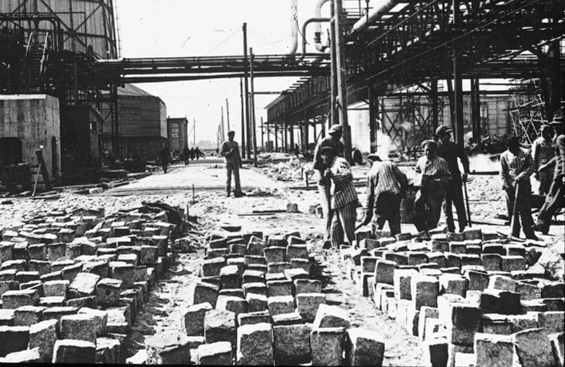 http://www.holocaustresearchproject.org/economics/images/Jewish%20slave%20labor%20at%20the%20IG%20Farben%20plant%20near%20Auschwitz.jpg