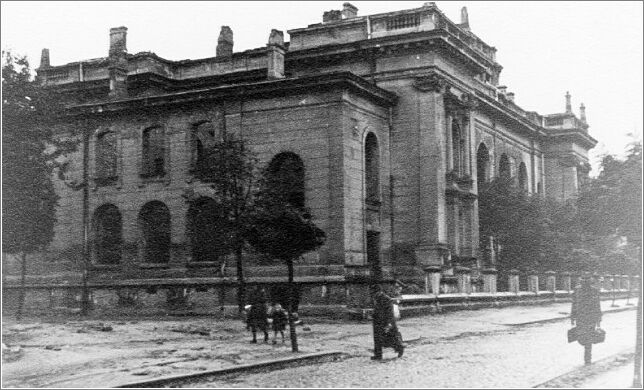 http://www.holocaustresearchproject.org/ghettos/czestgal/full/The%20German%20Synagogue%20in%20the%20Czestochowa%20ghetto,%20which%20was%20later%20destroyed.jpg