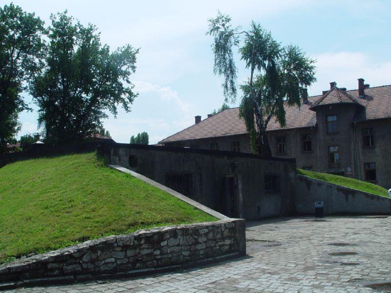 http://www.holocaustresearchproject.org/othercamps/galleries/auschmodern/Auschwitz%20Krem%20otuside.jpg